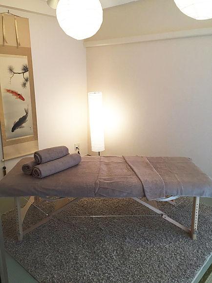 座卓、長テーブル、椅子などご利用の際はお申し付けください。(無料) 折り畳式マッサージベッドも無料レンタルです。(1室1台)