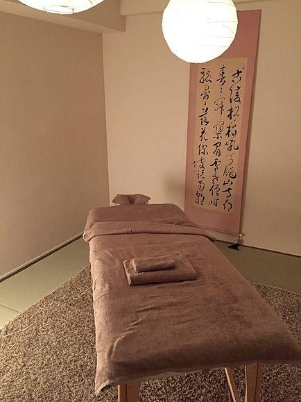 折り畳み式マッサージベッド無料でレンタルします。(1室1台) 座卓、長テーブル、椅子などご利用の際はお申し付けください。